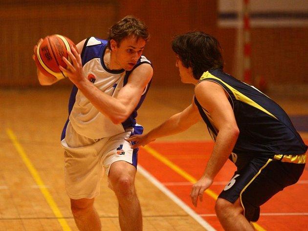 Tomáš Kubizňák (vlevo) z Lokomotivy Plzeň se v úterním utkání první ligy basketbalistů snaží v souboji kapitánů projít přes benešovského Jakuba Malého