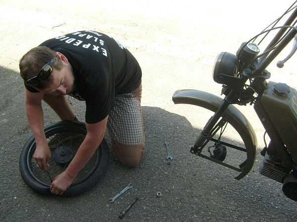 Veškeré technické problémy vyřešili tentokrát účastníci už během cesty, na snímku mění Václav Karásek kolo