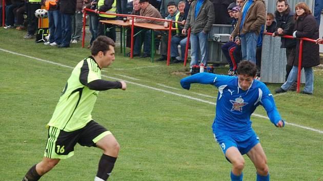 Střídající Michal Tuhela (vpravo) zajistil  gólem v nastaveném čase tři body pro tým Rozvadova v sobotním utkání krajského přeboru fotbalistů proti Stříbru.  Na snímku se jej snaží zastavit hostující Miroslav Zámeček