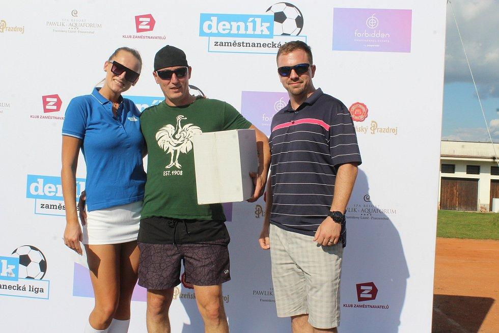 Vítěz (uprostřed) ceny od sponzora turnaje.
