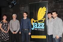 Organizátoři festivalu Jazz bez hranic u plakátu, který je symbolem této přehlídky. Zleva Markéta Čekanová, Ivan Slabý, Jindřich Jindřich, Zdeněk Lahoda a Zbyšek Brůj