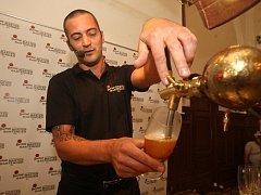Plzeňský výčepní  Tomáš Rédl při svém včerejším vystoupení v rámci regionálního kola soutěže Master Bartender. Podařilo se mu dostat mezi pět postupujících do celostátního finále