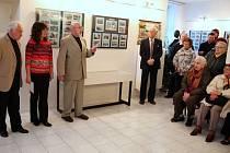 Autor výstavy Bohuslav Šotola (zcela vlevo) poslouchá spolu s návštěvníky vernisáže své výstavy věnované vodním tokům, rybníkům i přehradním nádržím jihozápadních Čech úvodní slovo Richarda Böhnela. Výstava je v Nepomuku k vidění do května