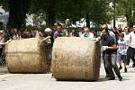 Koulení balíků slámy na festivalu Das Fest.