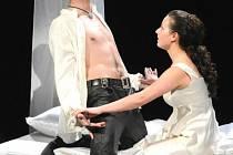 Představitelé Romea a Julie ve stejnojmenné Shakespearově tragédii na scéně Velkého divadla v Plzni – Jan Maléř a Kristýna Hlaváčková. Divadlo J. K. Tyla uvedlo slavnou hru po čtyřech desítkách let