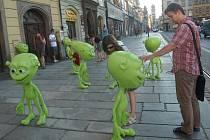 Na náměstí Republiky v Plzni se v pondělí večer objevily podivné zelené postavičky. Budou součástí expozice UFO v Techmanii