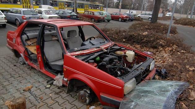 Vrak Wolkswagenu hyzdí v těchto dnech parkoviště na Mikulášském náměstí v Plzni