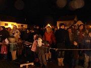 V Blovicích na náměstí souznělo společně 550 hlasů, což je o 200 více než vloni. Největší účast byla v roce 2009, kdy se zúčastnilo 700 lidí. Podávalo se zdarma svařené víno a čaj