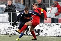 Fotbalisté Domažlic B porazili v jediném odehraném utkání 12. kola krajského přeboru na domácím umělém trávníku Vejprnice 1:0. Na snímku bojuje o míč domažlický Libor Bláha (vlevo) s kapitánem Vejprnic Liborem Radou.