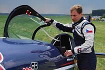 Martin Šonka, špička letecké akrobacie, se připravuje na vystoupení