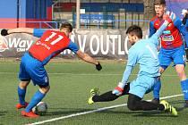 Sami před brankářem Opavy se ocitli útočníci Viktorie Ondřej Štursa (vlevo)  a Tomáš Kepl, kteří se na vysoké výhře domácích podíleli každý dvěma góly.
