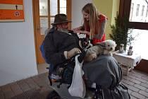 Postiženým a seniorům pomáhají asistenti přímo doma