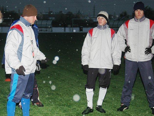 Trenér  fotbalových starších dorostenců FC Viktorie Plzeň Jiří Kohout (vlevo) hovoří se svými svěřenci na včerejším prvním tréninku v letošním roce