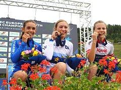 Simona Spěšná (uprostřed) si při slavnostním vyhlášení užívá triumf na mistrovství Evropy v italské Pile. Vlevo je druhá Sophie Auerová z Itálie a vpravo  třetí Noëllei Rüetschiová ze Švýcarska.