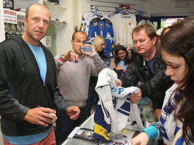 Obránce Jaroslav Modrý  (vlevo) spolu s plzeňským  kapitánem Martinem Strakou  (uprostřed) čelí  v klubovém fanshopu zájmu fanoušků