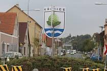 Nepřehlédnutelný znak na kruhovém objezdu v Plzni-Křimicích
