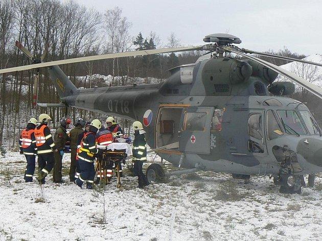 Zraněného muže transportoval vrtulník.