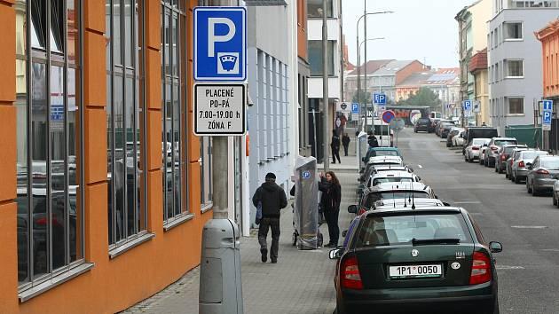 Za parkování v prostor mezi autobusovým nádražím a Klatovskou třídou si řidiči zaplatí