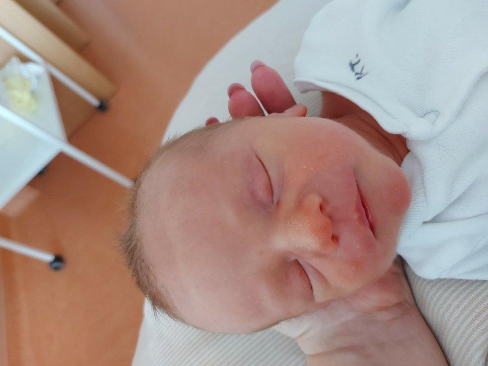 Dvojčátka Matěj a Patrik Pacholíkovi z Číhaně se narodila v klatovské porodnici 20. dubna. První přišel na svět Matěj (2500 g, 49 cm). O dvě minuty mladší je Patrik (2310 g, 45 cm). Rodiče Šárka a Milan se na miminka moc těšili. Dvojčátka mají doma ještě
