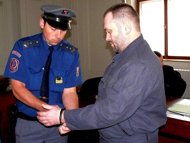 Jedenácti lety potrestal Krajský soud v Plzni jedenačtyřicetiletého Miroslava Bláhu ze Stoda. Ten má na krku kromě vykrádání bytů ještě pokus vraždy a nedovolené ozbrojování