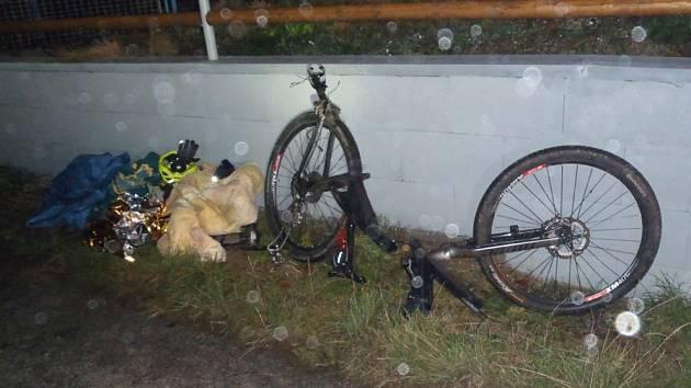 Náraz osobního auta rozlomil kolo na dva kusy