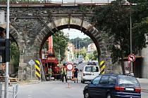 Několik měsíců čekal na řidiče u viaduktu v Mohylové ulici jen zákaz vjezdu. Nyní již mohou projíždět pod novým železobetonovým mostem