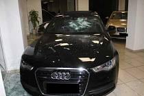 Zničená auta v autosalonu na Lidické ulici v Plzni