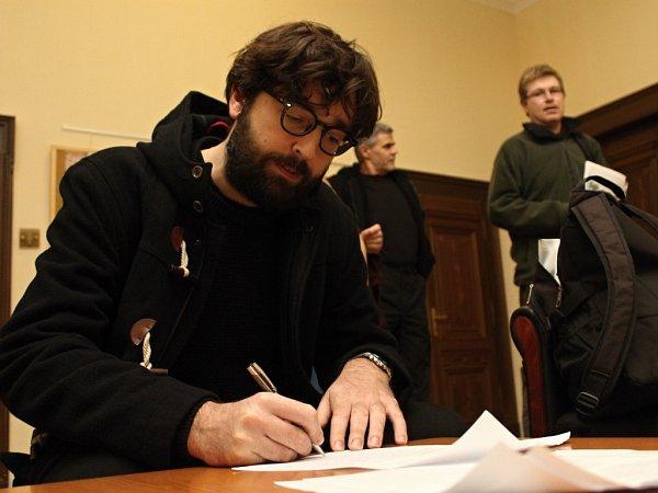Filmový klub Plzeň včera od 17a20 hodin promítal slovenský film Koza oboxerovi Peteru Balážovi, který do Plzně přijel sdiváky také besedovat. Před představením ipo něm návštěvníci kinosálu vMěšťanské besedě podepisovali petici za zachování klubu.