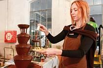 Tradičním lákadlem čokoládového festivalu v Plzni je velká čokoládová fontána. Snímek pochází z dubna 2016. kdy se festival konal v Papírně.