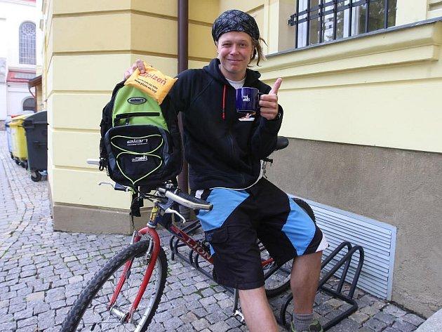 Den bez aut a jízda na kole - právě díky nim získal v pondělí Jakub Němec od ÚMO 3 batoh, cyklolékárničku a hrneček