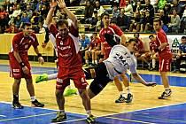 Pivot Talentu Plzeň Jakub Strýc (v bílém) ozdobil svoji nedělní premiéru v extralize mužů jednou vstřelenou brankou a podílel se na vítězství domácího týmu 31:18