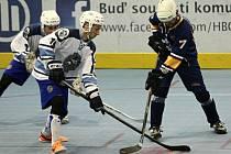 Hokejbalisté HBC Plzeň dokázali doma vyhrát oba dva úvodní zápasy čtvrtfinále play-off. Na snímku bojuje se soupeřem o míček Jaroslav Pauer (vlevo).