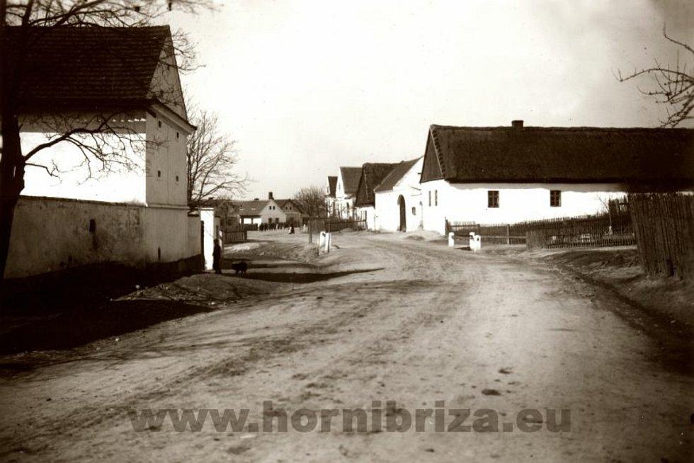 Náves se selskými staveními po roce 1921.