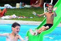 Letní pohody a vodních radovánek si užívaly děti z Dětského domova Domino v Plzni ve středu na koupališti v Tlučné. Během letních prázdnin jezdí  na tábory, různé výlety  i domů ke svým rodičům
