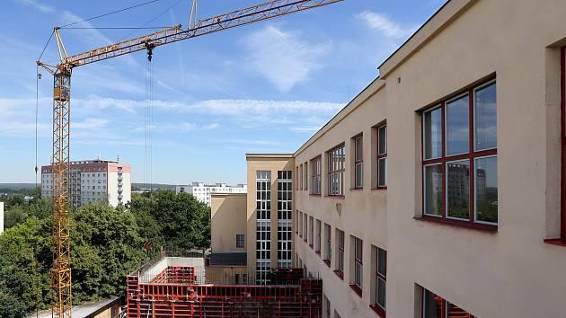 Přístavba výtahu a odborné učebny na Gymnáziu Luďka Pika.