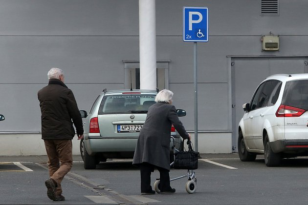 Někteří invalidé si vPlzni stěžují na problémy sparkováním.