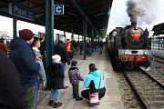 Zvláštní vlak vypravený na trase Plzeň - Nýřany - Heřmanova Huť a zpět, tažený průmyslovou lokomotivou řady 313.902 z plzeňského Iron Monument Clubu na plzeňském hlavním nádraží.