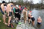 Tři desítky otužilců plavaly při Vánočním máčení v Hradišti