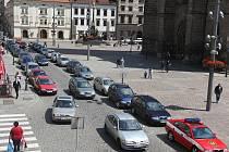 Nejprve náměstí, přilehlé ulice a postupně třeba až k nábřeží by mohla zasahovat pěší zóna, kam by kromě MHD nesměla doprava. Sen? Za pár let možná skutečnost.