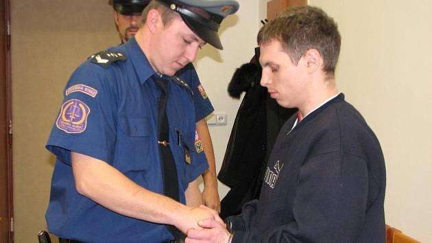 Petr Kreitl v doprovodu justiční stráže