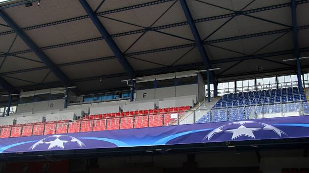 Hlavní tribuna i všechny ostatní prostory stadionu  už mají výzdobu v  barvách slavné Ligy mistrů.