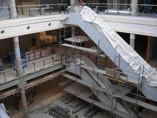 Jedna ze dvou hlavních hal v budoucím obchodně zábavním centru Plzeň Plaza je ve fázi rozpracovanosti, i když už za 14 dní se centrum otevírá.