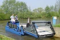 Speciální loď, která je vybavená žací lištou, bude na Boleváku likvidovat nechtěnou vegetaci