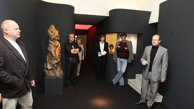 """Výstavní síň """"13"""" Západočeské galerie prošla výraznou proměnou. Všechny prostory obepíná jedna nekonečná černá stěna a černý je také koberec"""
