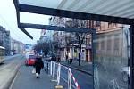Opilý řidič vletěl autem na tramvajovou zastávku