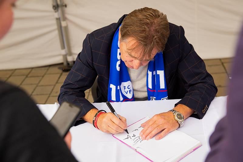 Nejen dříve narozené potěšil podpis Miloše Paula.