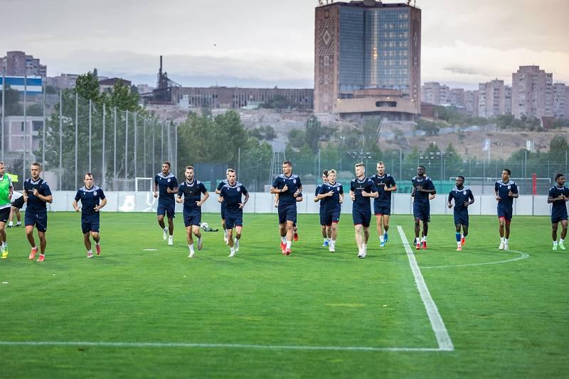 Jakub Brabec na předzápasovém tréninku v arménském Jerevanu, kde se hraje odveta s Dynamem Brest.