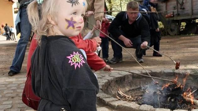 Děti si mohly ve středu na statku Lüftnerka v plzeňské zoo opéci u ohně vuřty, nalíčit se jako čarodějnice nebo soutěžit.