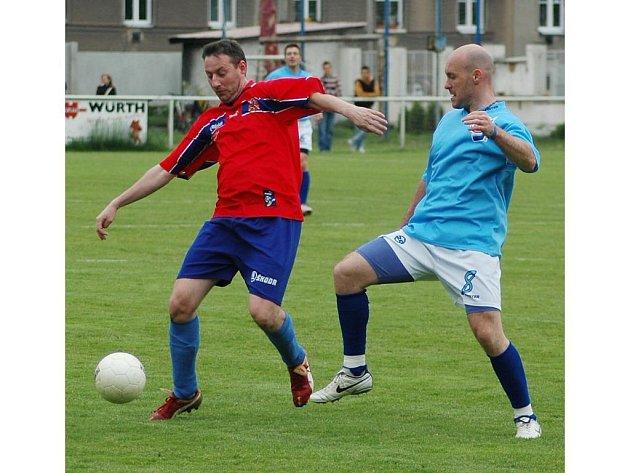Útočník HC Lasselsberger Plzeň Tomáš Vlasák (vpravo) bojuje o míč s Radkem Sutnarem ve včerejším přátelském fotbalovém utkání. Hokejisté zdolali novináře 7:2
