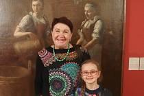 Rodové foto: Jelenu Malkovskou i vnučku vyfotil nakonec před obrazem jeden z přítomných novinářů. Dílo má pro ni velký význam, pradlena z obrazu je její rodovou předkyní